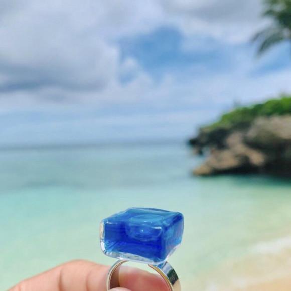 海に映えるガラスのリング!