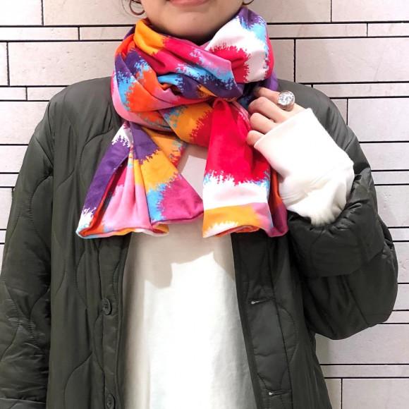 ファッションのワンポイントに華やかなスカーフ♪