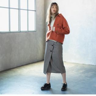 ゆるシルエットの抜け感アウターには長めのタイトスカートを合わせてシルエットにメリハリを。