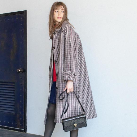 マニッシュな印象のガンクラブチェック柄ステンカラーコートには、ミニスカートで女っぽさを一匙。