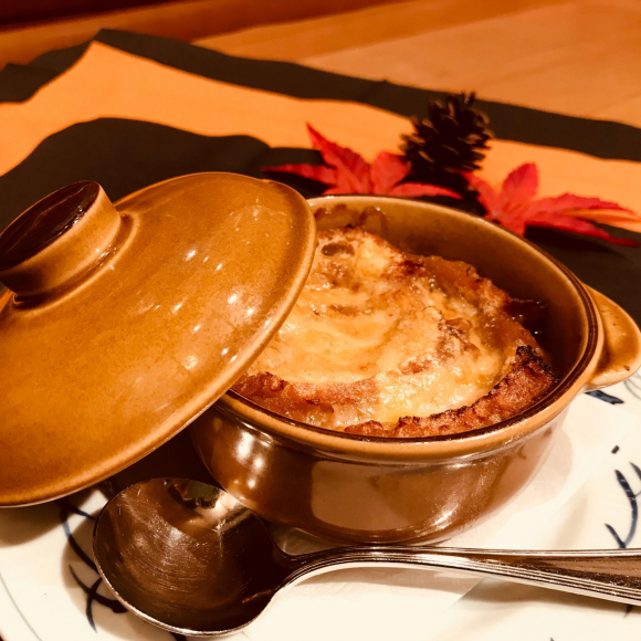 エダムチーズの香り豊かなオニオングラタンスープ