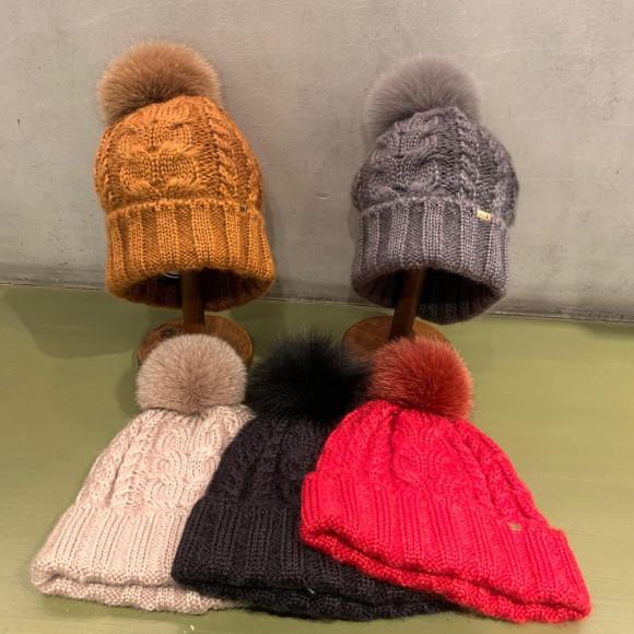 クリスマスプレゼントにお勧めなニット帽です。
