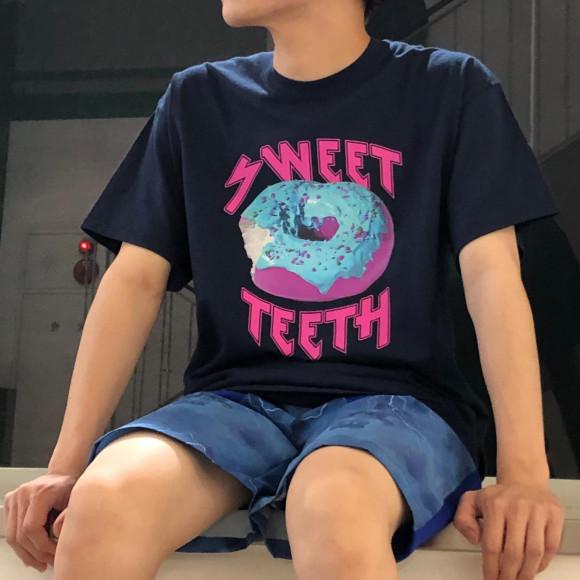 カラフルなドーナツプリントのTシャツ【 SWEET TEETH TEE 】