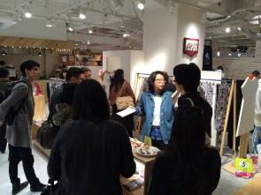館内に訪れていた「ワンピースとタイツ」デザイナー米田年範さんに遭遇し、ショップは急遽インタビューの場に