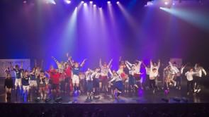 バンコク公演にて、東京ゲゲゲイのステージにタイの子供たち30名が参加 © Tadamasa Iguchi / DDA