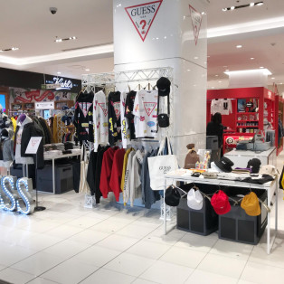 GUESS POP UP STORE