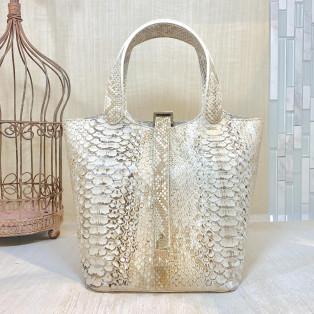 老舗職人が歴史ある製法で作る最高級ダイヤモンドパイソンバッグ