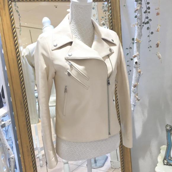 老舗職人が革選びから作るホワイトレザーライダースジャケット