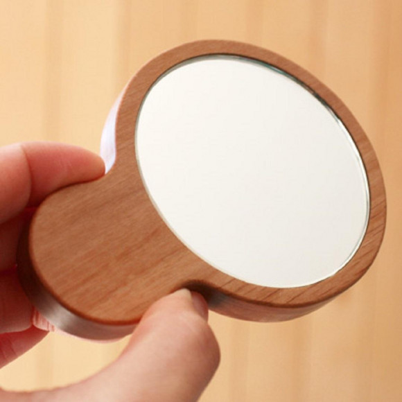 *+・。小さくてかわいい木製の手鏡。・+*