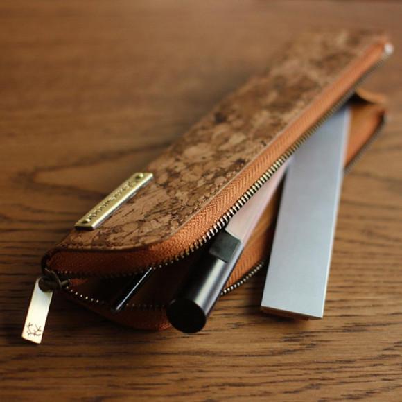 コルクレザーの細身なペンケース「CONNIE Twig Pen Pouch」