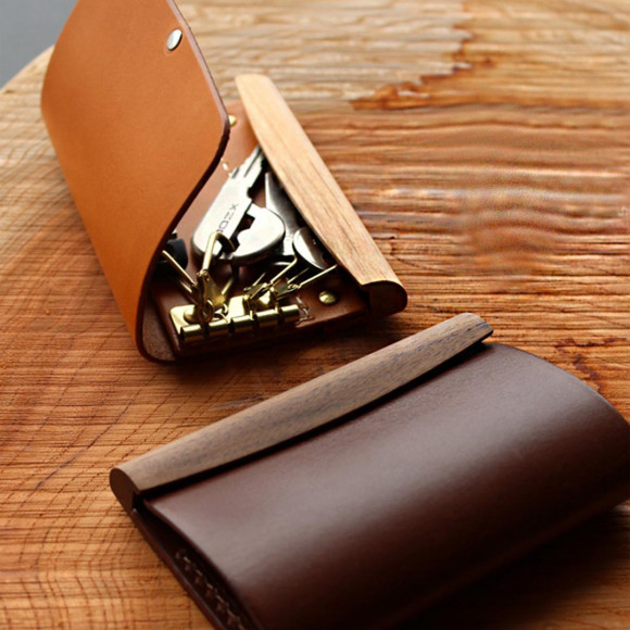 ポチッと心地よく開閉する木と革のキーケース「SNAP KEYCASE」