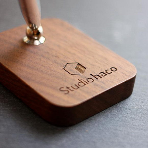 ロゴも刻印できる木製のペンスタンド「Pen Stand」