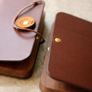 ビジネスを印象的に演出する木と革の名刺ケース「BOOK CARDCASE」