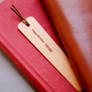 職人が一つひとつ丁寧に磨き上げた木製のしおり