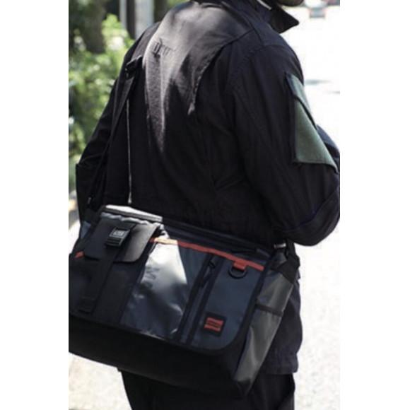 機能的なポケットを多数装備したフラップショルダーバッグ!