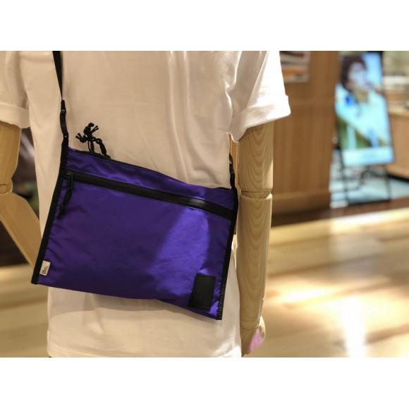紫のバッグがカワイイ!