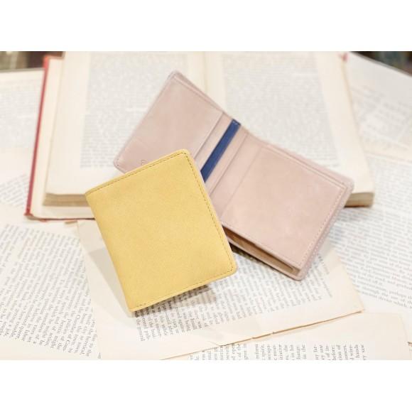 「コンパクト財布」鮮やかな革と使いやすい型。