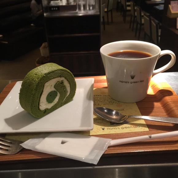 抹茶ロールケーキとホットコーヒーのセット