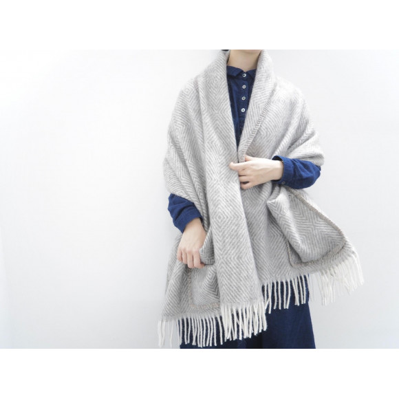 pocket shawl / LAPUAN KANKURIT