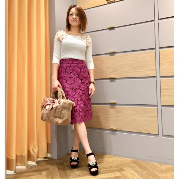 パキッとした色鮮やかなタイトスカート