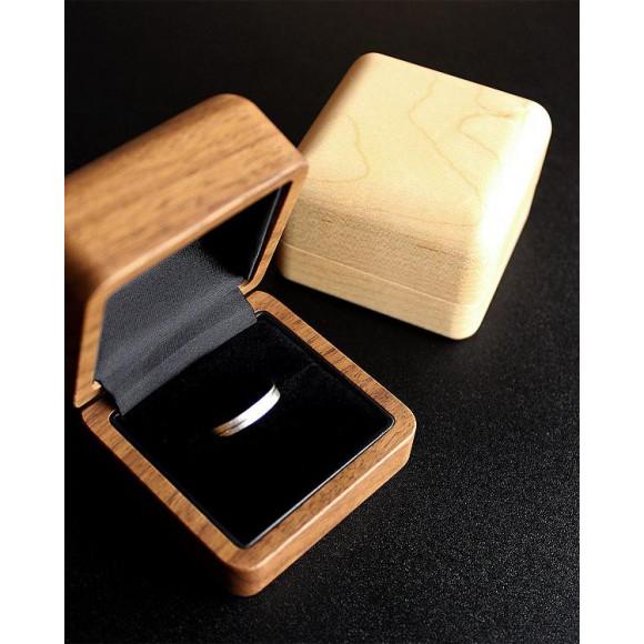 大切な指輪を引き立てる格調高い木製リングケース