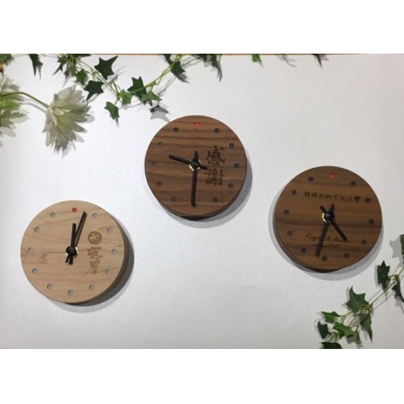 時とともに風合い増すコンパクトな木の置時計