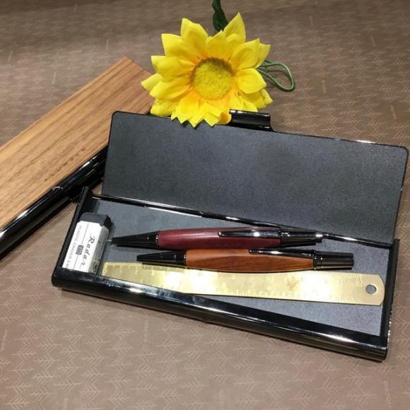 シンプルなデザインが目を惹く木製ペンケース