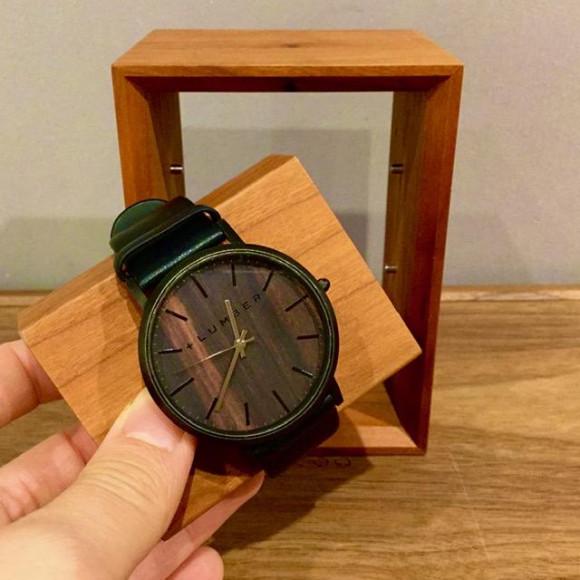 【大切な腕時計を額縁に飾るようにディスプレイできる木製腕時計スタンド】