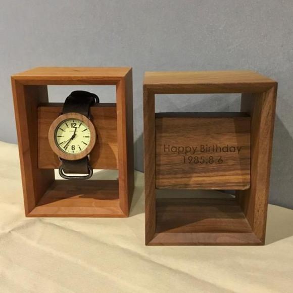大切な腕時計を額縁に飾るようにディスプレイできる木製腕時計スタンド