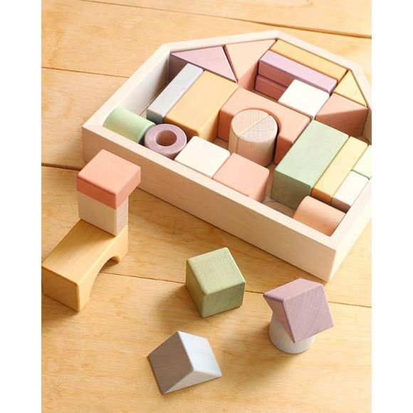 美しい木肌と優しい色、日本製にこだわった積み木「つみきのいえ 」