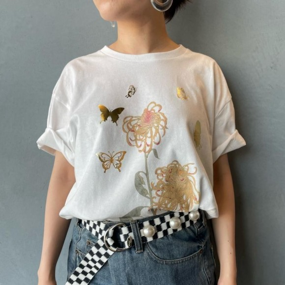 KIIRO foil T-shirt [butterfly crest of chrysanthemums with irregular petals]