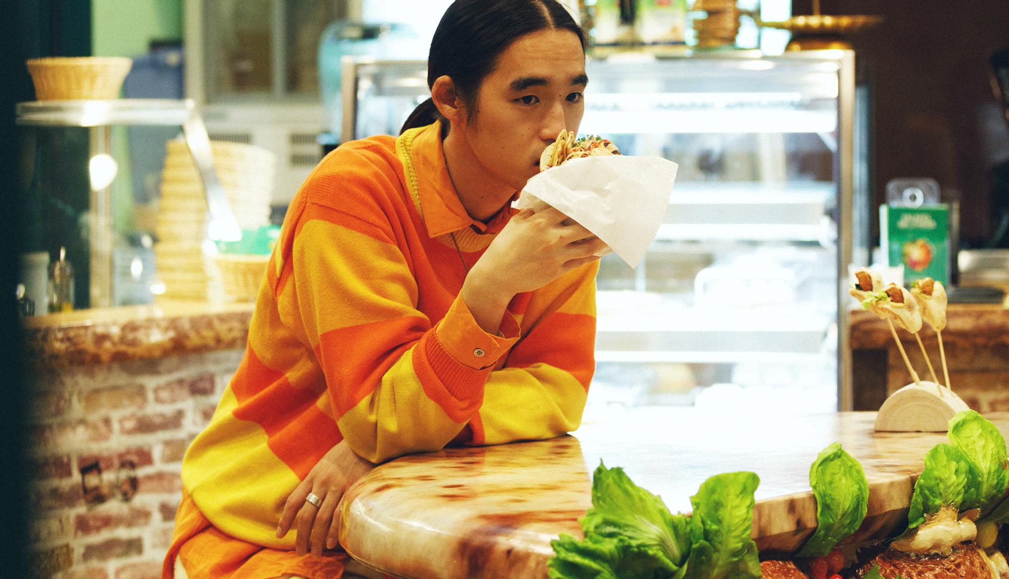 服部恭平×FALAFEL BROTHERS|食べ応え抜群のヴィーガン料理が味わえる、イスラエル発の専門飲食店へ。