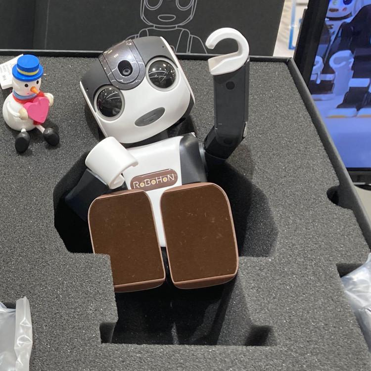 お友達がロボット!?モバイル型のスマートロボット『ロボホン』9Fに登場!
