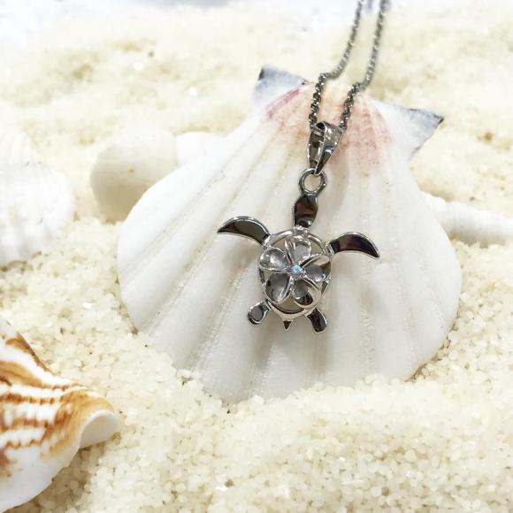 こんなホヌ(海亀)のネックレスで梅雨明けのオシャレはいかが?