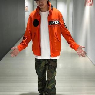 オレンジ×カモフラジャケット着...