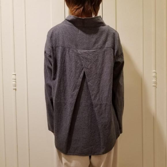 後ろのデザインに注目!ゆる衿ブラウス