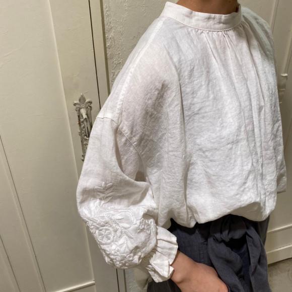 袖の刺繍が可愛い!!リネン立体刺繍ブラウス