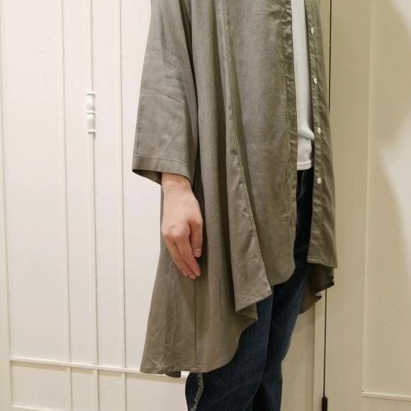 サイドから見る裾斜めのデザインが素敵な羽織り
