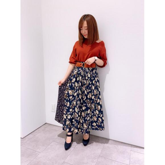 大人気デコルテニット×花柄スカート